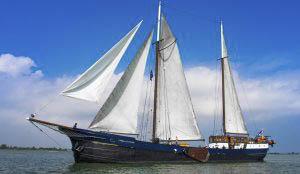 Segeltörns Wapen van Fryslan Produktbild zeigt das stolze Schiff unter vollen Segeln