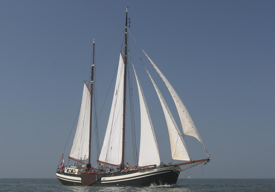 zeigt die Tjalk Eendracht segelnd von Steuerbord