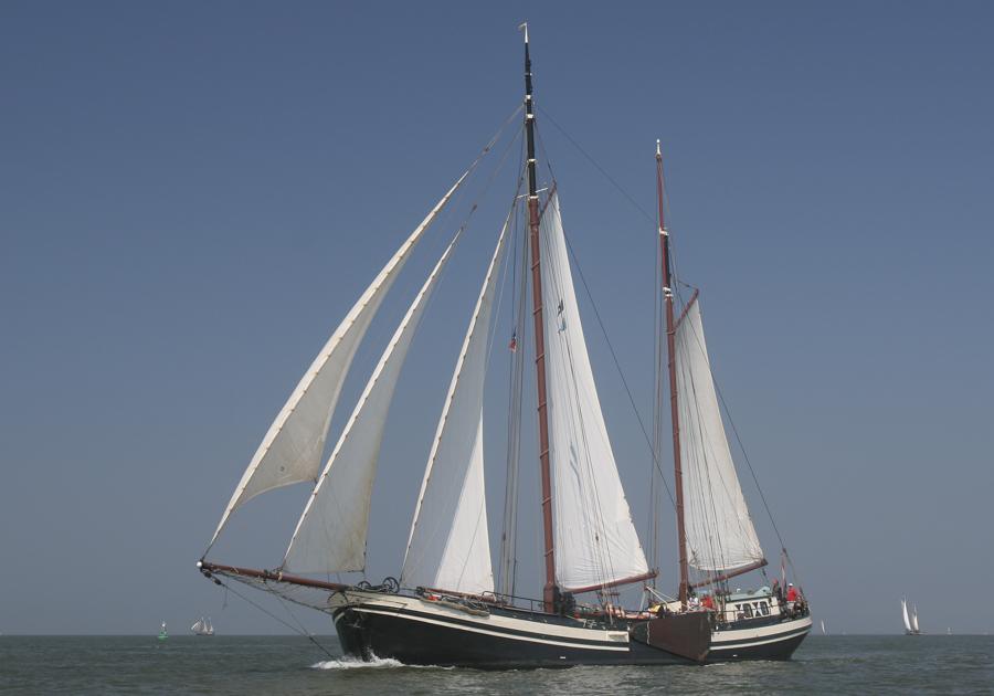 zeigt die Tjalk Eendracht segelnd von Backbord