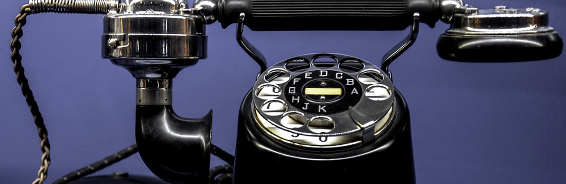 Kontaktformular Beitragsbild von Windjammer Weltweit zeigt ein altes schwarzes Telefon mit Wählscheibe