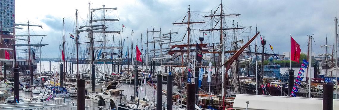 Tagesfahrten und maritime Events mitsegeln zeigt eine Totale vom Hamburger Hafengeburtstag