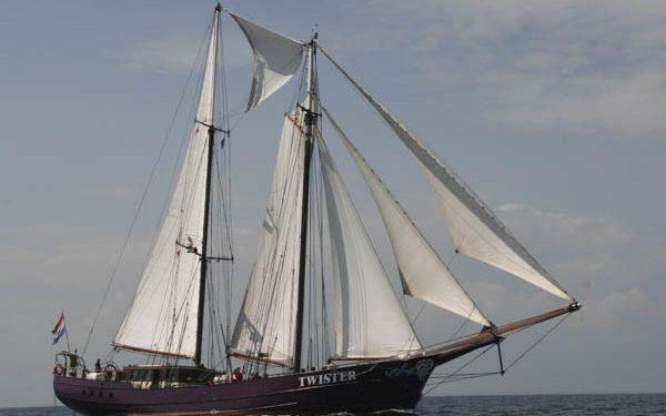 Segeltörns Karibik Twister zeigt das stolze Schiff von Steuerbord