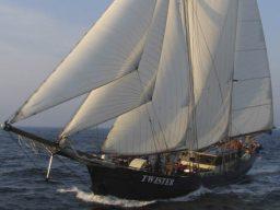 Meilentörns Twister Produktbild zeigt das Segelschiff in voller Fahrt