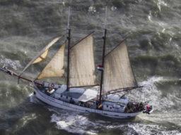 Amsterdam - Schottland FLYING DUTCHMAN zeigt das Schiff aus der Luft
