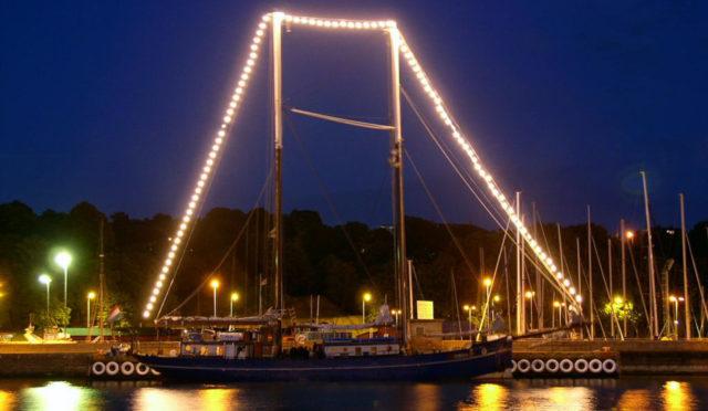 Kurztörns Oban zeigt das Schiff bei Nacht