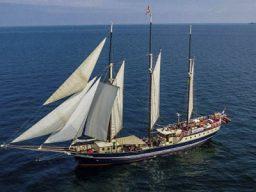 Windjammerparade Kiler Woche Bild zeigt die segelnde Regina MAris