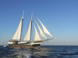 Kieler Woche segeln zeigt ein 2 Mast Segelschiff