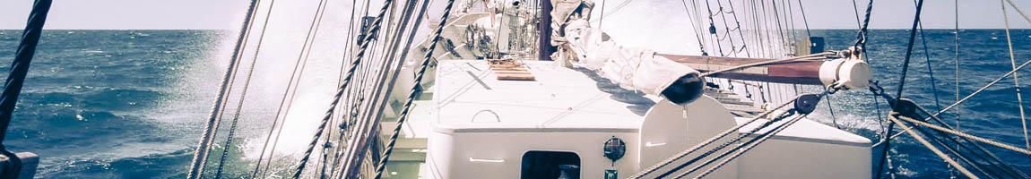 Regatten und Regatta mitsegeln zeigt Segelschiff in voller Fahrt