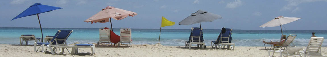 Segeltörn Barbados Bild zeigt bunte Liegestühle am Strand