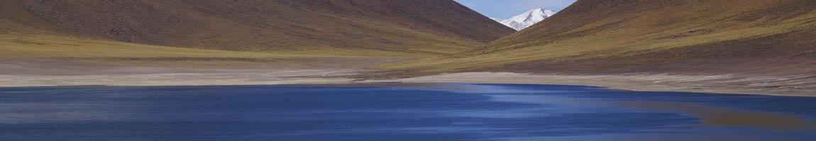 Segeltörn Chile zeigt eine Hügellandschaft mit Meer