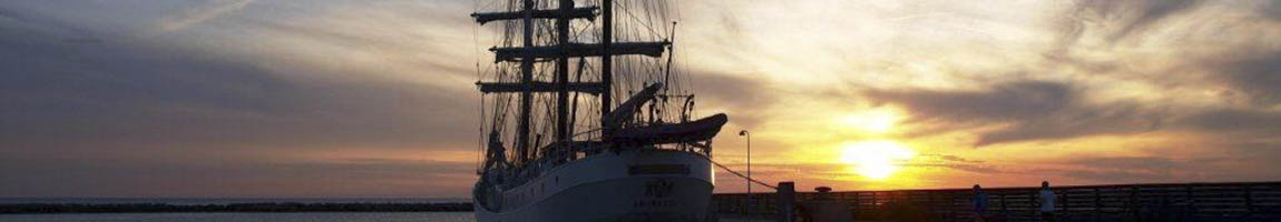 Segeltörn Frankreich zeigt Traditionssschiff im Sonnenuntergang