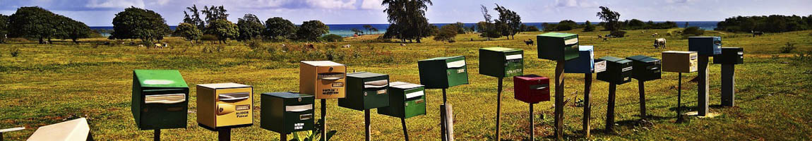 Segeltörn Guadeloupe Bild zeigt bunte Briefkästen