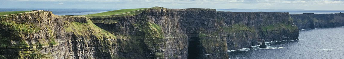 Segeltörn Irland Bild zeigt felsige Küstenlinie