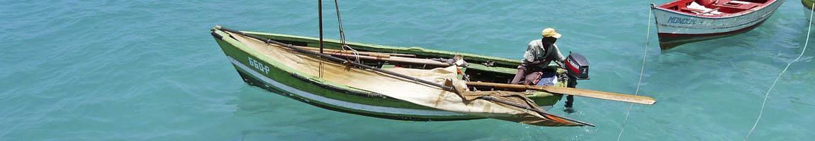 Seereisen Kapverden Bild zeigt kleines Fischerboot