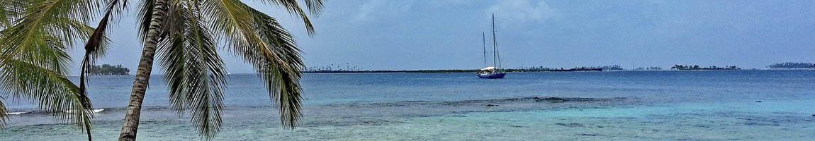 Segeltörn Panama zeigt Palmen, Strand und ein Segelschiff
