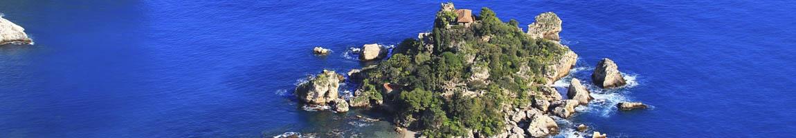 Segeltörn Sizilien zeigt eine Insel und Burg aus der Luft