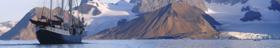 Segeltörn Spitzbergen Bild zeigt die Antigua vor einem Gletscher