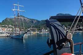 Segeltörn weltweit auf Traditionsschiffen mitsegeln zeigt Schiffe in Port de Soller
