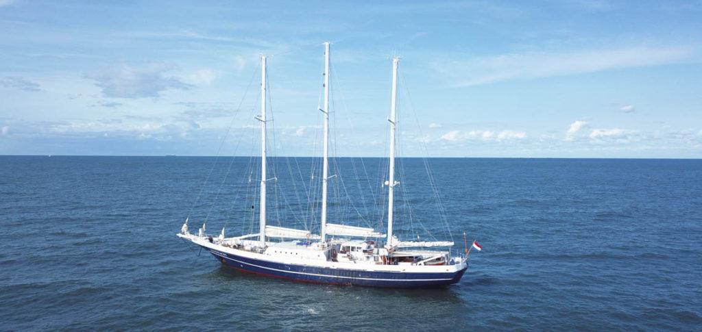 DeEendracht zeigt das Segelschiff ankernd