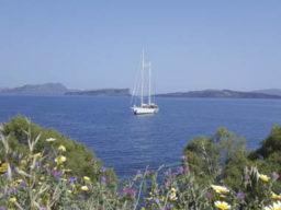 Familienurlaub im Mittelmeer zeigt die Segelyacht Rhea