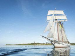 Kiel mitsegeln zeigt das Segelschiff J.R. Tolkien