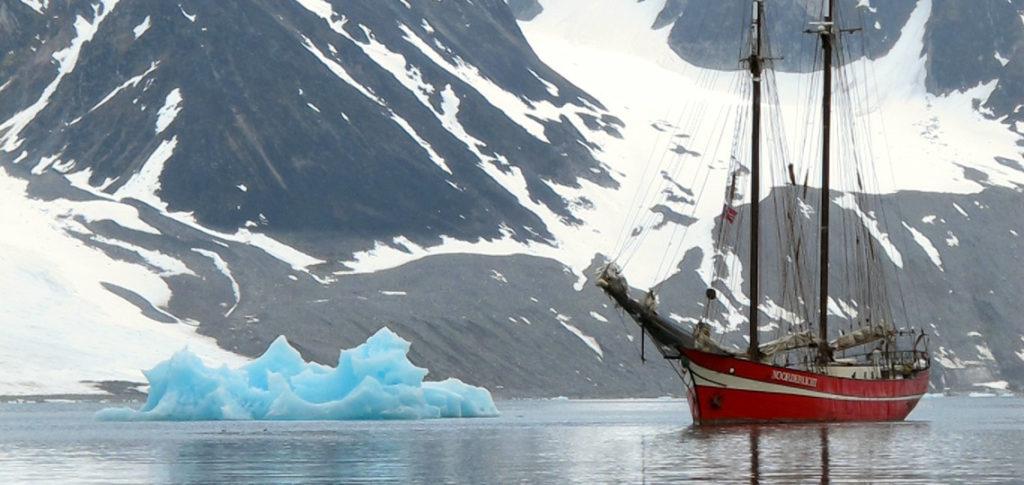 SV Noorderlicht Bild zeigt das Schiff vor einem Eisberg