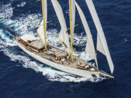 Segeln in der Karibik zeigt die Segelyacht Rhea