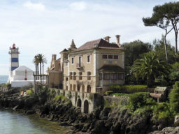 Segelreise Cascais auf der Chronos zeigt eine Haus am Wasser