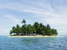Segelreise Karibik zeigt einsame Insel