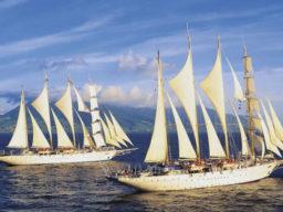 Windjammer Kreuzfahrt Asien zeigt 2 Segelschiffe