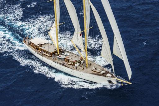 Segeltoerns im Mittelmeer zeigt ein Segelschiff aus der Luft