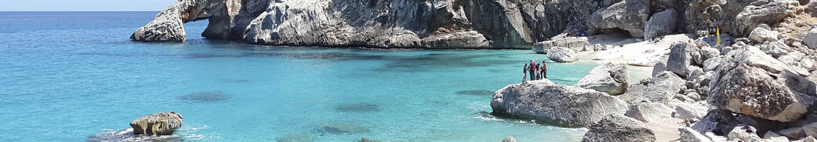 Abenteuerurlaub mit Kindern Bild zeigt eine Felsküste am Mittelmeer
