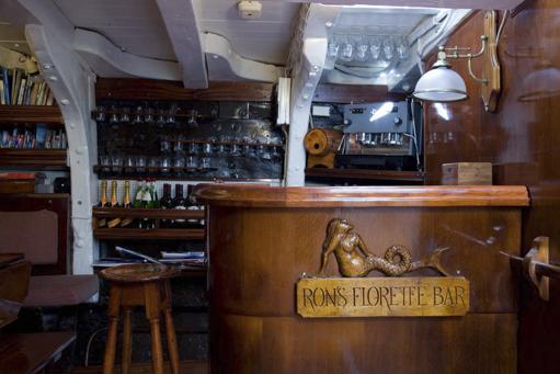 Frontalansicht der Bar der Brigantine Florette