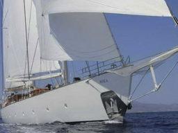segeln im mittelmeer zeigt die Segelyacht Rhea