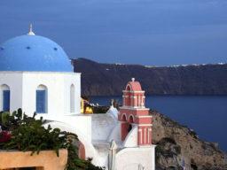 Segeln auf den Kykladen zeigt typische Griechische Dächer