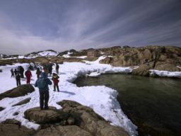 Segeln und Wandern Produktbild zeigt Wanderer im Schnee