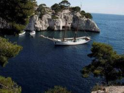 Segelurlaub auf den Balearen Bild zeigt den Schoner vor Anker