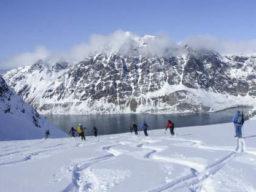 Segeln und Ski Bild zeigt Skiläufer auf Spitzbergen