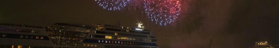 Hafengeburtstag Feuerwerk zeigt AIDA