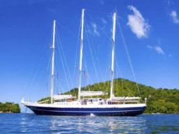 Karibikreisen Eendracht zeigt das Segelschiff ankernd