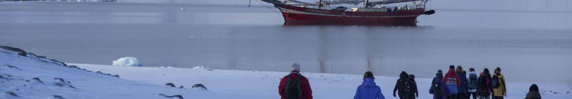 Segelschiff und Wandern zeigt Abenteurer in der Arktis