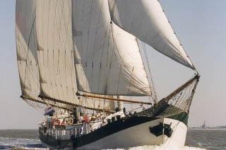 Hamburger Hafengeburtstag Elegant zeigt das Segelschiff