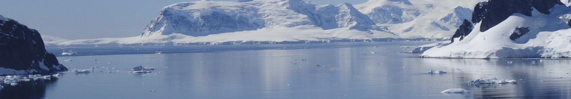 Expeditionskreuzfahrten zeigt Landschaft am Polarkreis