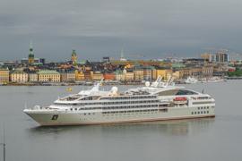 Kreuzfahrt Angebot zeigt Megayacht in Lissabon