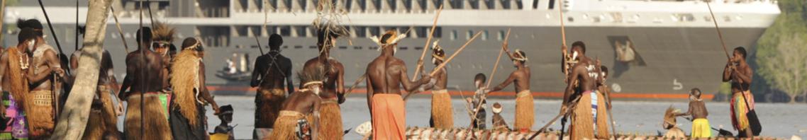 Landausflüge geschenkt zeigt Menschen vor einer Megayacht