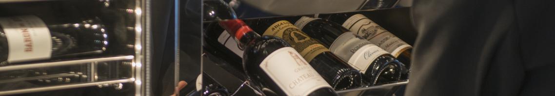 Leistungen einer Kreuzfahrt zeigt Detail eines Weinschrankes