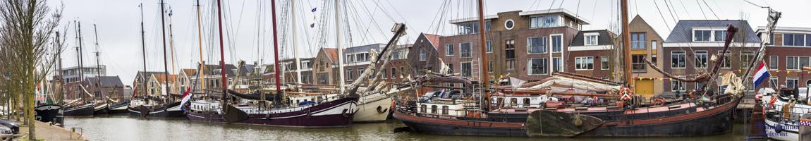 Segelstunden auf einem Tradtionsschiff zeigt Segler in Harlingen