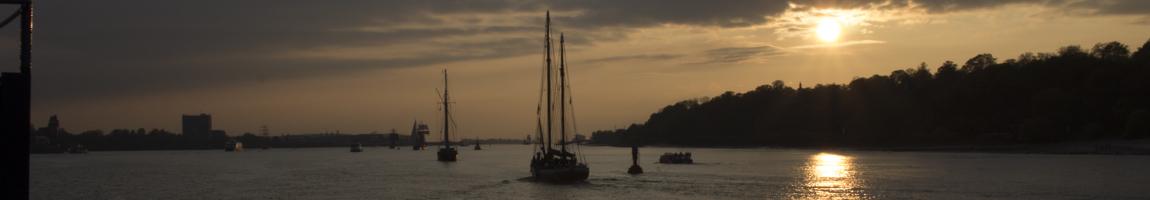 Tagesfahrt Segelschiff Bild zeigt Windjammer im Sonnenuntergang