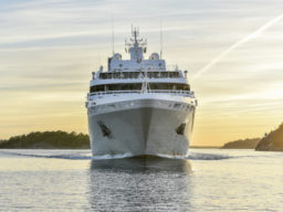 Ueberfuehrungsfahrten Le Soleal zeigt die Yacht von vorne