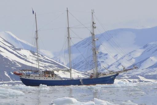 Wintersegeln Lofoten zeigt die Antigua vor einem Eisberg